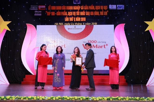 """Đại diện VinMart & VinMart+ vinh dự dẫn đầu các doanh nghiệp lên nhận giải """"Top 100 sản phẩm, dịch vụ tốt nhất cho gia đình và trẻ em""""."""