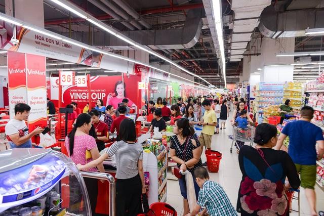 Với không gian mua sắm hiện đại và sản phẩm chất lượng, VinMart & VinMart+luôn thu hút được đông đảo khách hàng.