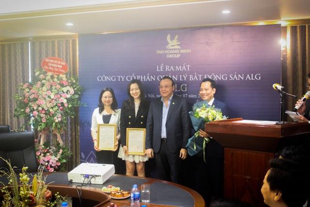 Ông Đỗ Anh Dũng – Chủ tịch, Tổng Giám đốc Tân Hoàng Minh trao quyết định thành lập Công ty Cổ phần Quản lý Bất động sản ALG