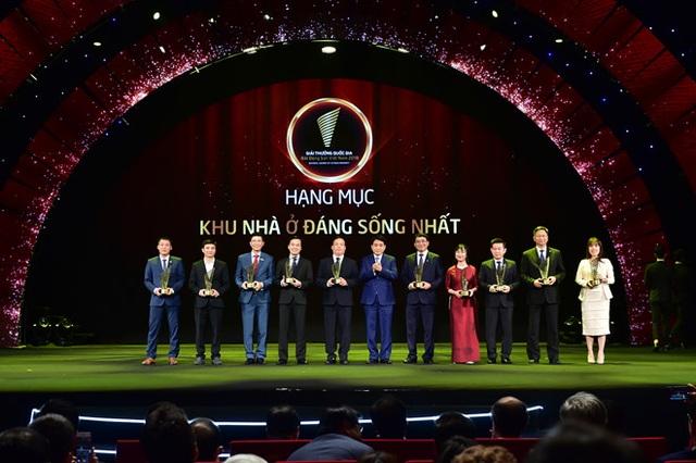 """Ông Mạnh Hoàng Thao - Phó tổng giám đốc Tập đoàn Tân Hoàng Minh (ngoài cùng bên trái) nhận giải thưởng """"Khu nhà ở đáng sống nhất"""" cho D. Le Pont Dor - Hoàng Cầu."""