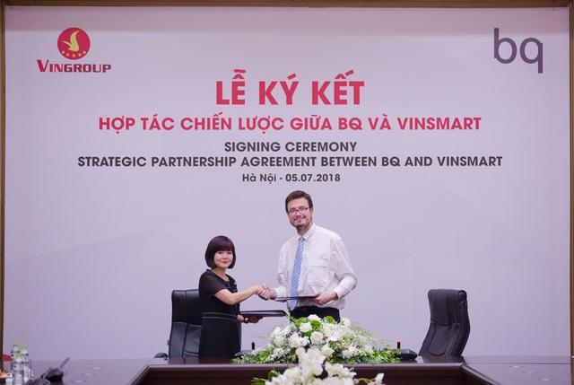 Bà Nguyễn Mai Hoa - Tổng giám đốc VinSmart và ông Alberto Méndez Peydró – Chủ tịch kiêm Tổng giám đốc BQ tại lễ ký kết.