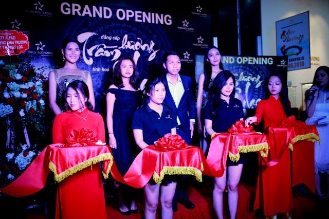 Ban lãnh đạo Thiên Mộc Hương cùng các khách mời vui mừng tham dự Lễ cắt băng khánh thành showroom mới.