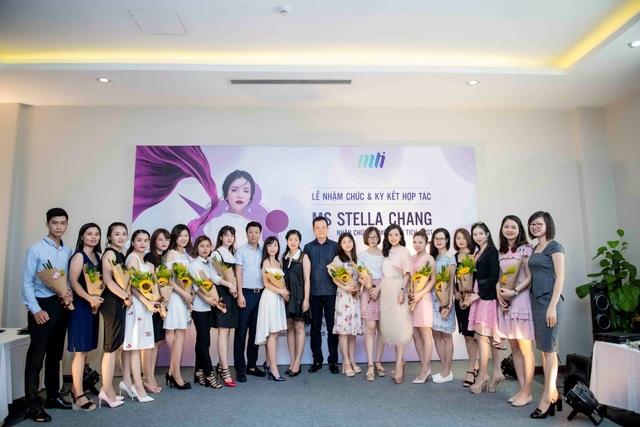 Ông Phạm Đình Vũ - Chánh Văn phòng VCCI – Phòng Thương mại và Công nghiệp Việt Nam đến chúc mừng doanh nghiệp và trao tặng hoa cho các đối tác phân phối độc quyền các sản phẩm của MLi Việt Nam