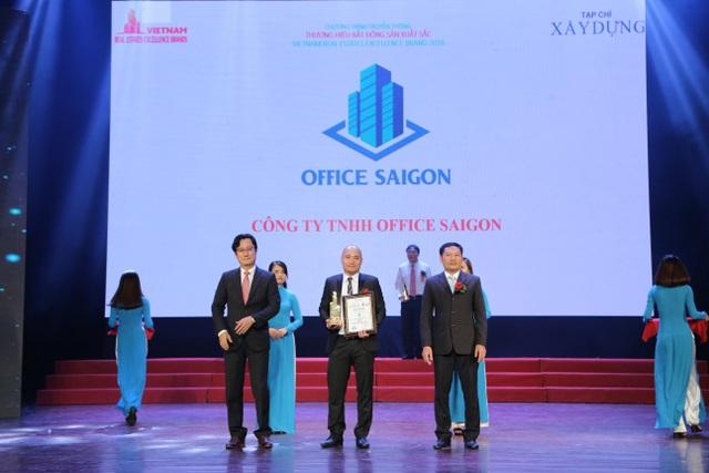 Ông Nguyễn Thanh Trà – Giám đốc Office SaiGon lên nhận cúp và chứng nhận từ chương trình.