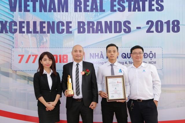 Ông Nguyễn Trà (cầm cúp) cùng các đại diện nhân viên trong buổi lễ vinh danh