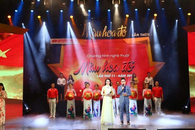 Màu hoa đỏ lần thứ 11 diễn ra với ba chương nghệ thuật có chủ đề: Tiếng gọi non sông; Đất nước vẹn tròn ân nghĩa và Rạng rỡ Việt Nam