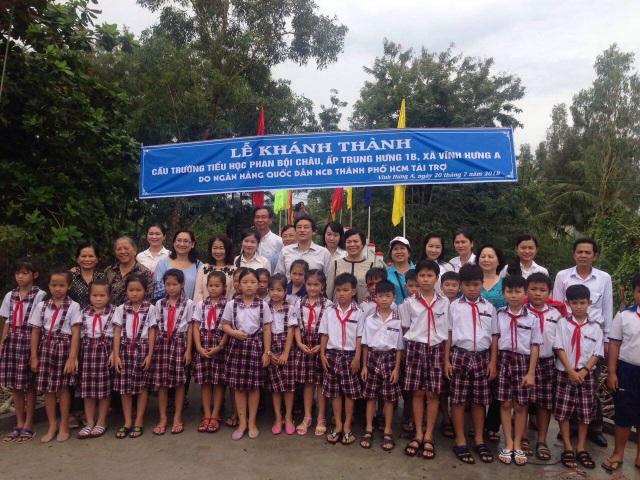 Không khí tưng bừng trong buổi lễ khánh thành cầu trường Tiểu học Phan Bội Châu, ấp Trung Hưng 1B, xã Vĩnh Hưng A, Bạc Liêu