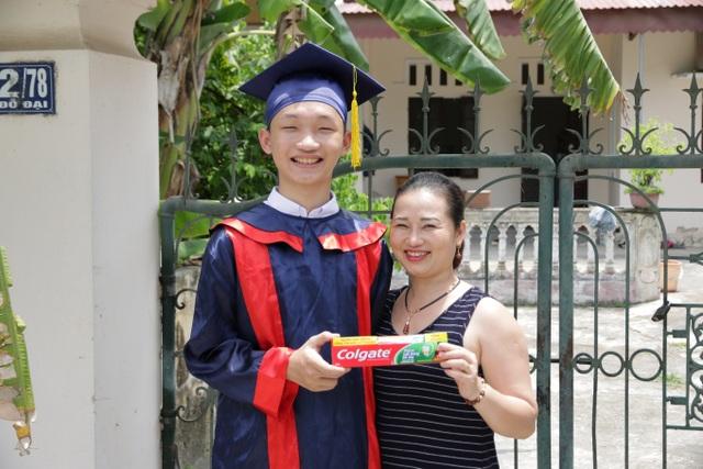 Nguyễn Đức Kiệt và mẹ vui vẻ khi nhận được học bổng từ Colgate 2018