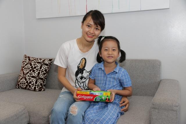 Chị Trang và bé Nguyễn Thu Hà tươi vui khi sẻ chia về ước mơ cùng học bổng Colgate
