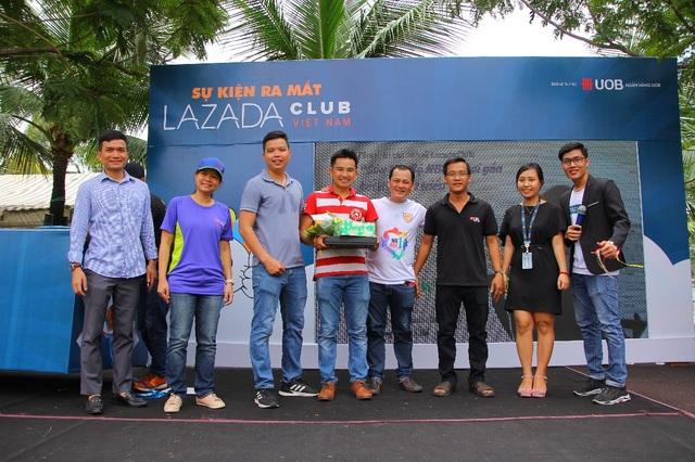 Anh Trần Lâm (áo đỏ, giữa) cùng những người anh em thân thiết hỗ trợ nhau kinh doanh online.