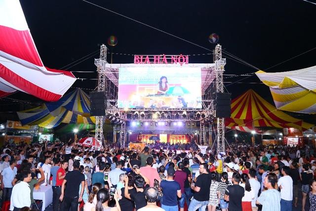 Hàng ngàn người kéo nhau về tham dự ngày hội Bia Hà Nội tại Nam Định - 2