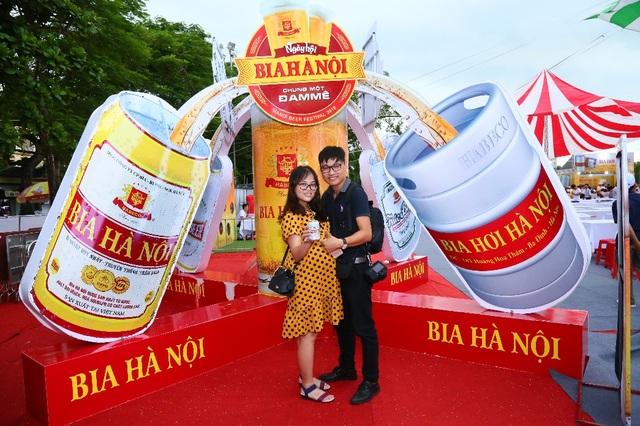 Hàng ngàn người kéo nhau về tham dự ngày hội Bia Hà Nội tại Nam Định - 3