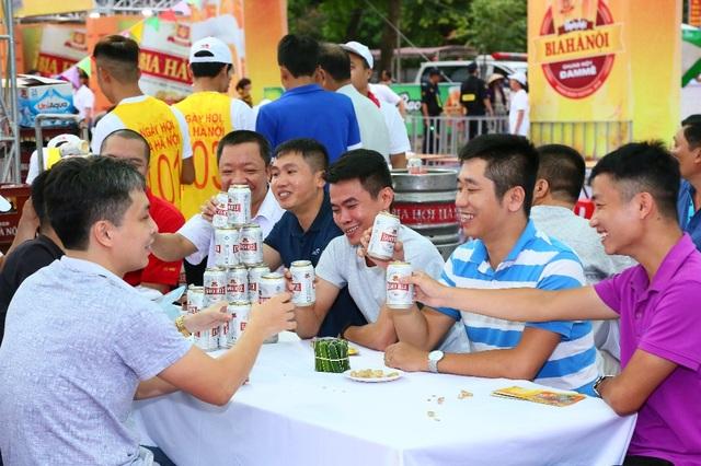 Hàng ngàn người kéo nhau về tham dự ngày hội Bia Hà Nội tại Nam Định - 4