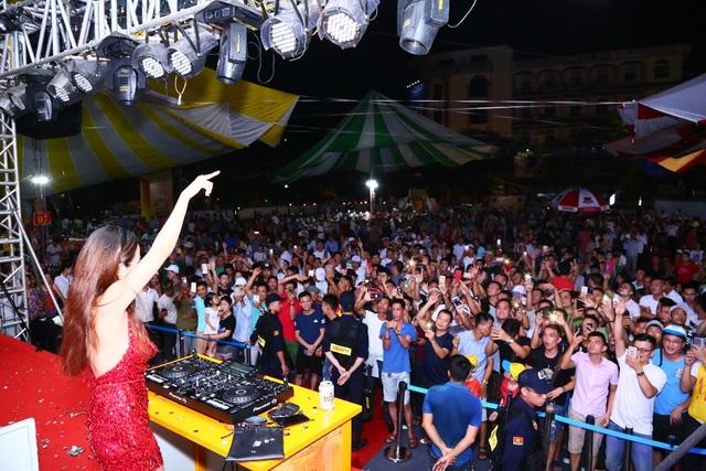 Hàng ngàn người kéo nhau về tham dự ngày hội Bia Hà Nội tại Nam Định - 5