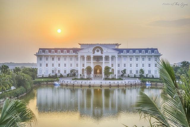 """Tọa lạc cách thủ đô Hà Nội chỉ chưa đầy một giờ chạy xe, FLC Vĩnh Phúc được mệnh danh là """"thiên đường nghỉ dưỡng xanh"""" với khung cảnh yên bình, lãng mạn, tách biệt với nhịp sống xô bồ"""