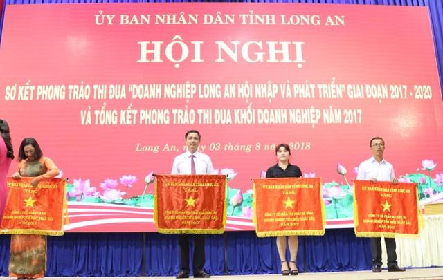 Cờ thi đua được Chủ tịch UBND Tỉnh Long An trao tặng cho BITEX như là nguồn động lực để đội ngũ cán bộ, công nhân viên của công ty cố gắng hơn nữa trong lao động, sản xuất.