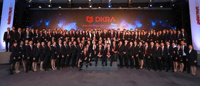 Tại DKRA Vietnam, thành công của công ty cũng chính là thành công của tập thể cán bộ - nhân viên. Trong ảnh: Tập thể Ban lãnh đạo, quản lý và nhân viên DKRA Vietnam tại Lễ ra mắt nhận diện thương hiệu và công bố chiến lược mới.