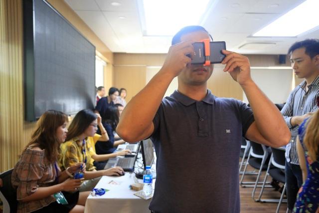 Khán giả tham gia trải nghiệm tính năng VR Showroom