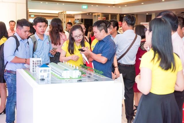 """Khách hàng trải nghiệm ứng dụng HomeCare tại Lễ công bố các giải pháp công nghệ 4.0 – """"Điện Quang sáng tạo cho ngôi nhà Việt"""""""