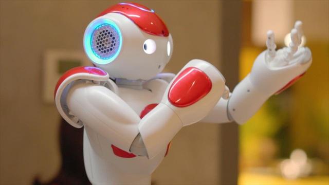 Robot NAO nhận biết và chào hỏi khách như tiếp tân
