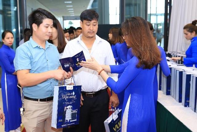 Thành viên Ban tổ chức trong tà áo dài mang màu sắc Tân Á Đại Thành hoạt động hết công suất để tiếp đón khách.