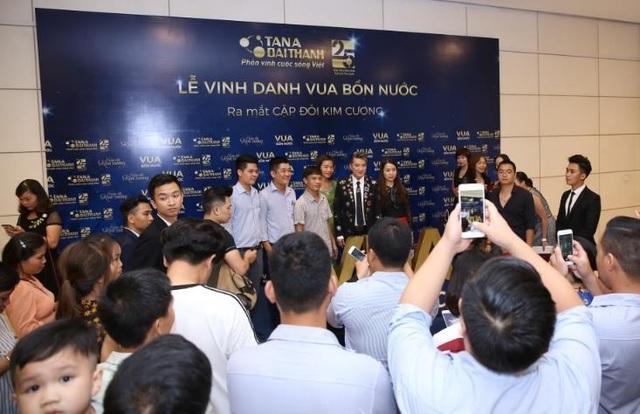 Backdrop chụp hình sang trọng như các sự kiện giải trí với cơ hội chụp hình cùng Đại sứ Thương hiệu Vua Bồn nước - ca sỹ Đàm Vĩnh Hưng - là khu vực tập trung đông đảo khách mời.