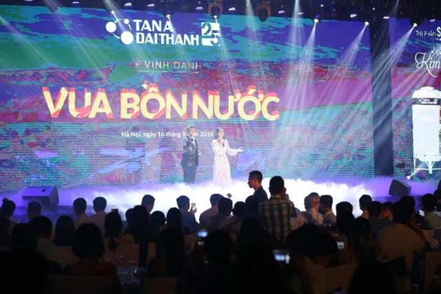 Sau khi tham quan triển lãm, khách hàng tập trung tại khán phòng để thưởng thức liveshow của ca sỹ Đàm Vĩnh Hưng.