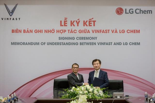Ông Võ Quang Huệ - Phó Tổng giám đốc Tập đoàn Vingroup (trái) và ông Jong Hyun Kim (phải) – Chủ tịch Công ty Giải pháp năng lượng thuộc LG Chem ký thỏa thuận hợp tác.