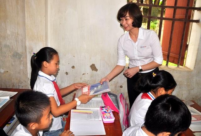 Đại diện EVN HANOI trao tặng những cuốn vở tới các em học sinh