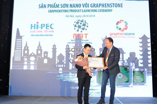 Ông Antonio Leon Jimenez trao chứng nhận phân phối độc quyền MiềnBắc, Bắc Trung Bộ và Đà Nẵng cho đại diện Công ty Cổ phần Thương mại MBT.