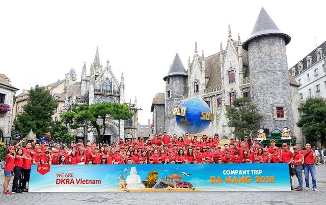 Tháng 9/2018, đoàn DKRA Vietnam chụp ảnh lưu niệm trên đỉnh Bà Nà Hills trong chuyến du lịch, trải nghiệm thành phố biển Đà Nẵng.
