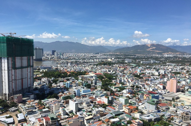 Nhìn từ trên cao của Mường Thanh Viễn Triều, người dân có thể tận hưởng không khí trong lành và cảnh đẹp của biển (Ảnh: Công Tâm)