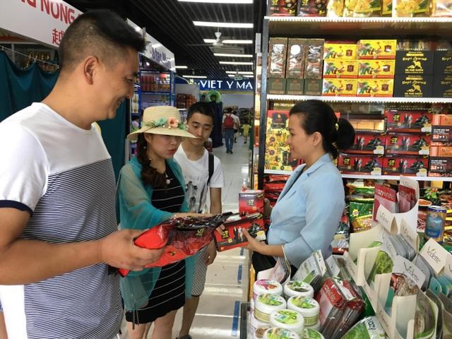Khu thương mại nằm trong khu vực Mường Thanh, thuận tiện cho các gia đình mua sắm (Ảnh: Công Tâm)