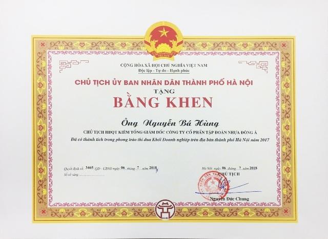 Ông Nguyễn Bá Hùng nhận bằng khen của Chủ tịch UBND Thành phố Hà Nội trao tặng