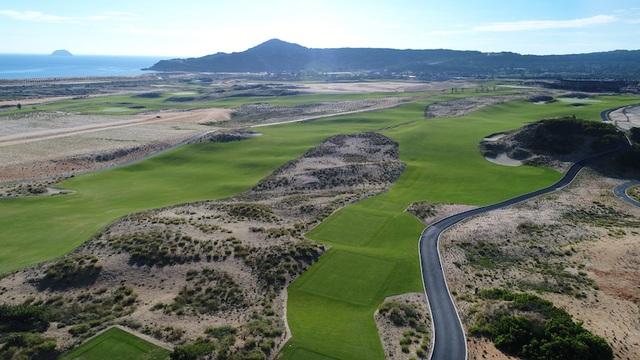 Para Grus tọa lạc ngay cạnh KN Golf Links 27 lỗ- một trong những sân Golf đẹp nhất Châu Á