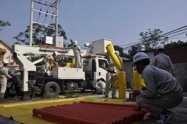 Công việc tiếp xúc trực tiếp với điện áp cao đòi hỏi người thợ phải tuân thủ những quy trình nghiêm ngặt về an toàn.