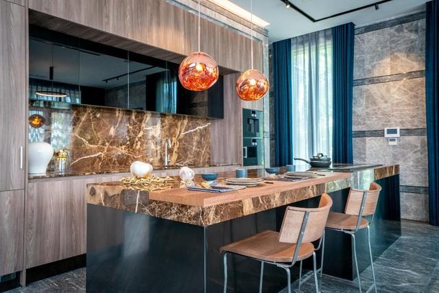"""Căn bếp Arclinea 'độc bản"""" được thiết kế phù hợp với màu sắc và không gian biệt thự Ecopark Grand – The Island, do đích thân Giám đốc phụ trách thị trường Châu Á sang kiểm tra chất lượng lắp đặt trước khi nghiệm thu."""