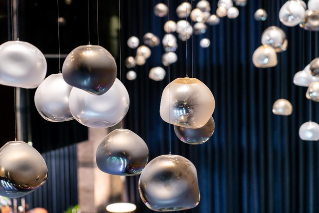 120 bóng đèn được chế tác hoàn toàn thủ công bởi những nghệ nhân thổi thủy tinh cộng hòa Séc, mô phỏng vẻ đẹp mê hoặc của những viên ngọc trai tự nhiên