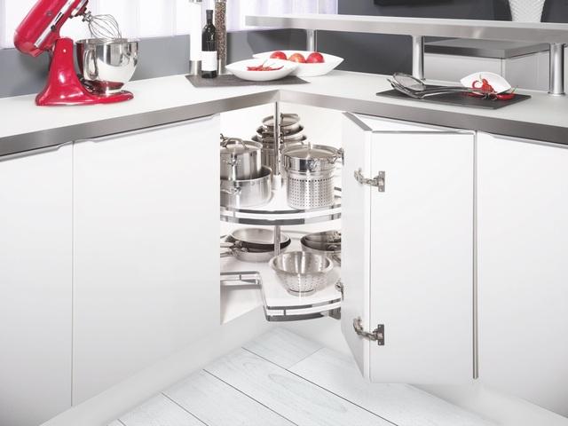 Một góc bếp được tận dụng làm nơi lưu trữ dụng cụ nấu nướng với phụ kiện góc tủ bếp của Kesseböhmer do Häfele phân phối