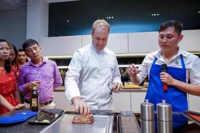 Chuyên gia ẩm thực – Bếp trưởng Roman Wüthrich giới thiệu thiết bị bếp V-ZUG và trình diễn
