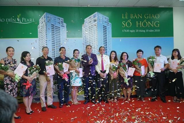 Ông Lê Hoàng Châu và Ông Nguyễn Văn Đồi trao sổ hồng và hoa cho cư dân Thảo Điền Pearl