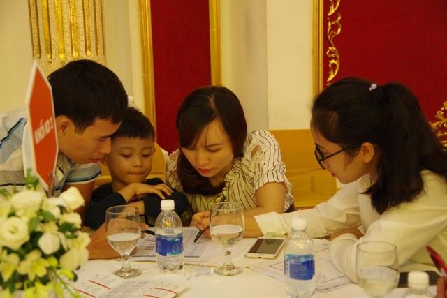 Khách hàng tham dự sự kiện được chuyên viên tư vấn giải đáp mọi thắc mắc