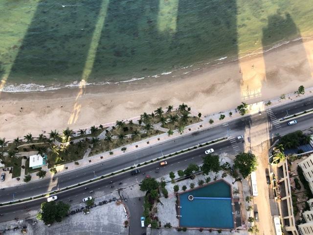 Mường Thanh Viễn Triều nằm cách bãi biển Hòn Chồng chỉ vài bước chân