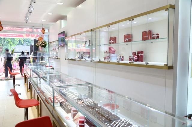 Không gian mua sắm khoa học, bài trí chuyên nghiệp tại showroom Huy Thanh Jewelry