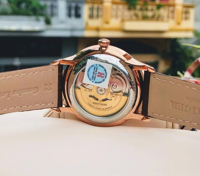 Đồng hồ Reef Tiger chính hãng được dán tem chống hàng giả của Bộ công an ở mặt đáy