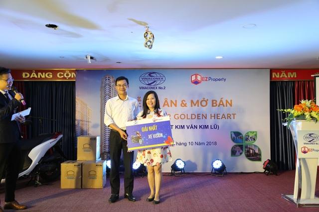 Ông Mã Thế Điệp đại diện chủ đầu tư Vinaconex 2 trao giải nhất xe máy Honda Vision cho khách hàng