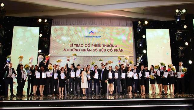 Lễ trao cổ phiếu thưởng và chứng nhận sở hữu cổ phần cho CBNV