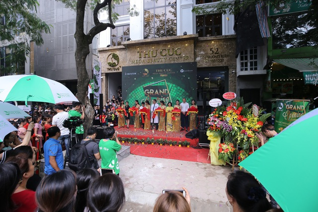 Tiến sỹ Nguyễn Phạm Ý Nhi phát biểu và cắt băng khai trương cùng các vị lãnh đạo của Thu Cúc Mega Beauty Center.