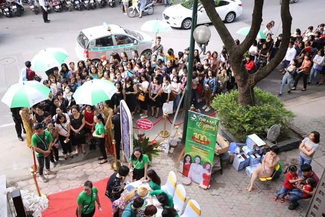 Từ 8h sáng, hàng trăm khách hàng đã có mặt tại sự kiện khai trương Thu Cúc Mega Beauty Center để tham gia buổi khai trương.