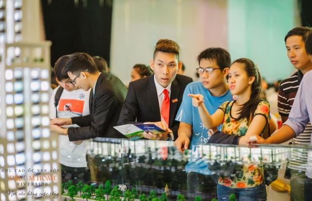 Các khách hàng trẻ quan tâm và tìm hiểu tiện ích cũng như thiết kế của Tháp Diamond Center